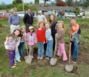 Jacoby Creek School students pose during the school'<p>s garden groundbreaking ceremony April 22, 2009. Standing in back, l-r: Arcata Mayor Mark Wheetley, JCS Principal Eric Grantz, and SLC President Greg King. Photo courtesy the Arcata Eye.