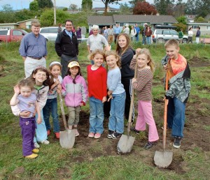 Jacoby Creek School students pose during the school's garden groundbreaking ceremony April 22, 2009. Standing in back, l-r: Arcata Mayor Mark Wheetley, JCS Principal Eric Grantz, and SLC President Greg King. Photo courtesy the Arcata Eye.